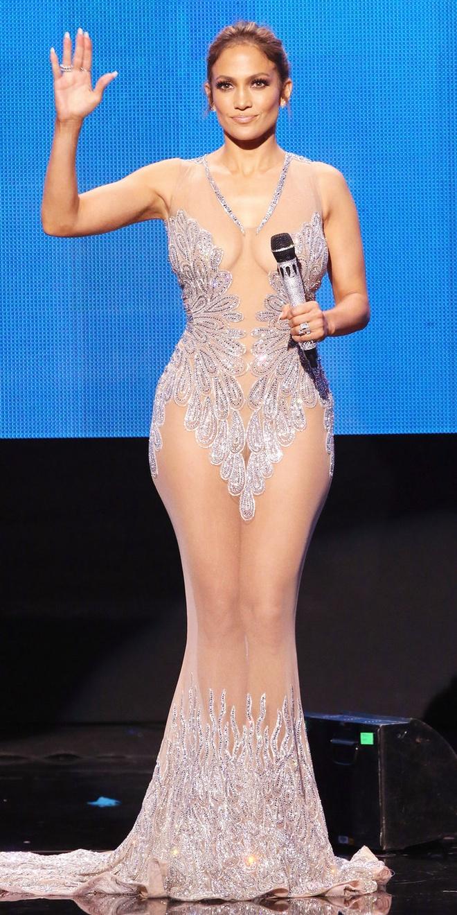 15 bo canh mac nhu khong mac cua Jennifer Lopez tren tham do hinh anh 5