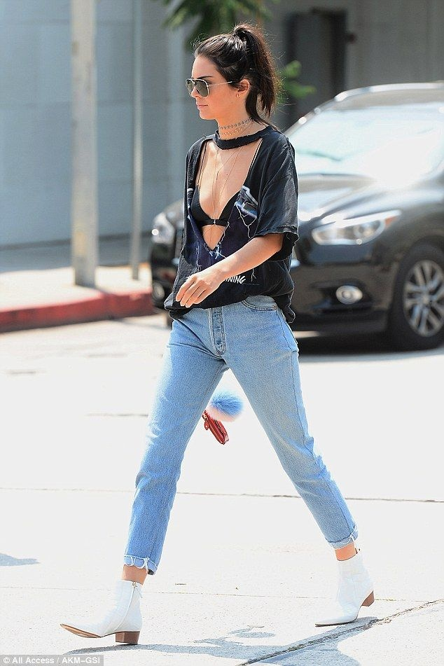 Dien boots giua ngay he, Kendall Jenner van bien thanh trao luu moi hinh anh 4
