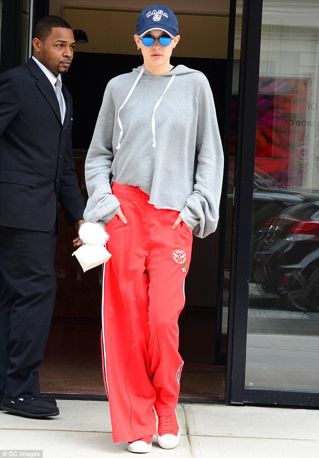 Gigi Hadid phoi do voi ao hoodie anh 11