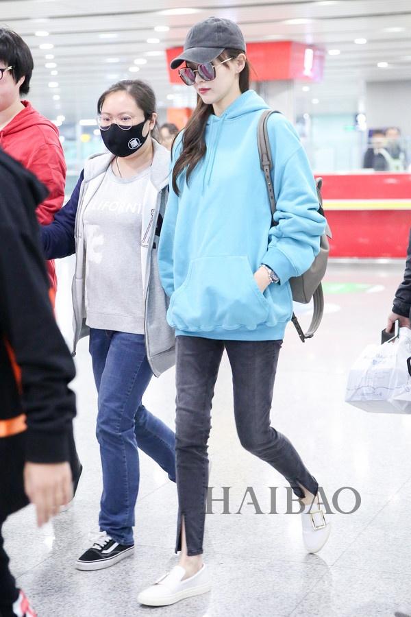 My nhan Hoa ngu chuong ao hoodie tre trung hinh anh 1
