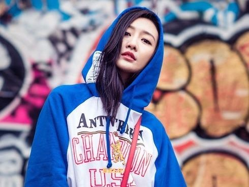 My nhan Hoa ngu chuong ao hoodie tre trung hinh anh