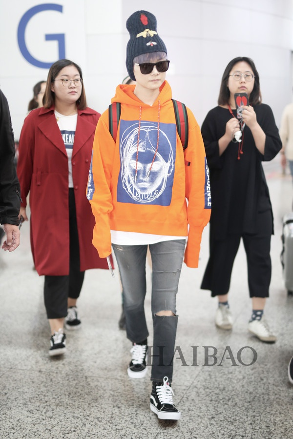 My nhan Hoa ngu chuong ao hoodie tre trung hinh anh 8