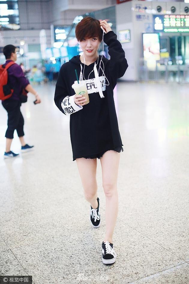 My nhan Hoa ngu chuong ao hoodie tre trung hinh anh 9