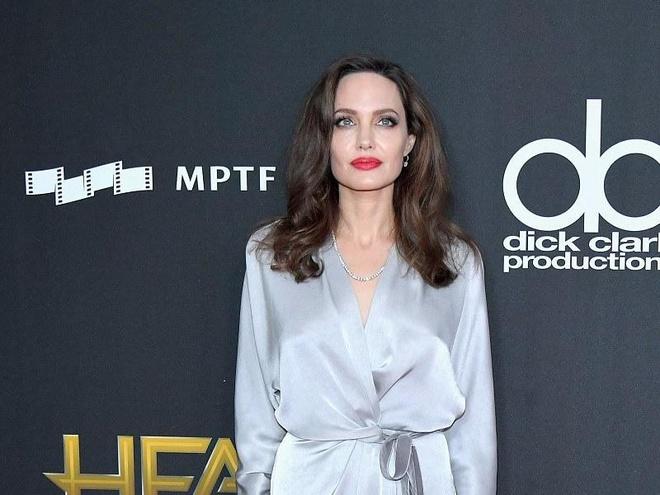 Angelina Jolie, Beyonce chuong vay cuon tren tham do hinh anh