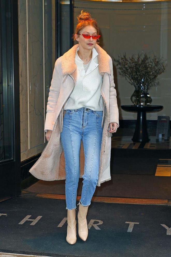 Tu do toan quan jeans lung sanh dieu cua Gigi Hadid hinh anh 1