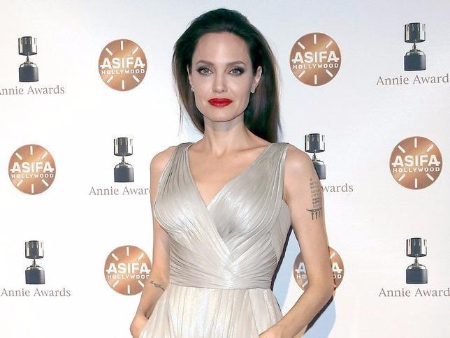 Phong cach thoi trang dang cap cua Angelina Jolie o tuoi 43 hinh anh