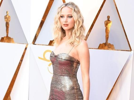 Thoi trang quyen ru cua Jennifer Lawrence tren tham do hinh anh