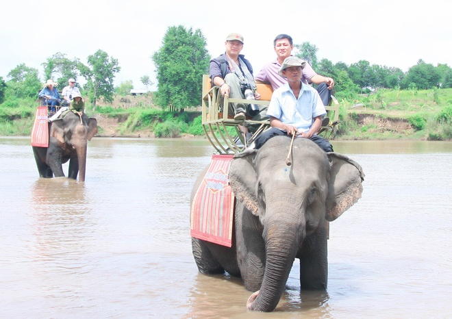 That vong khi den Buon Don hinh anh 1 Cưỡi voi qua dòng serepok hiện là thú vui duy nhất của nhiều khách khi đến Bản Đôn
