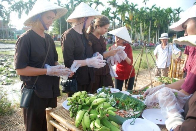 Khach Tay chan lam tay bun lam nong dan Viet hinh anh 6 Tập làm món ăn đặc sản của An Mỹ, Cẩm Châu. Ảnh thethaovanhoa