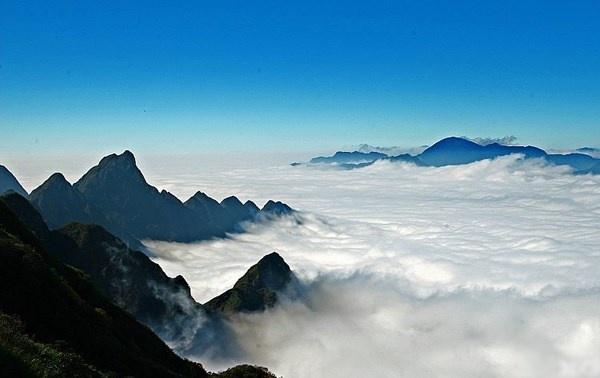 Nhung buc anh khien ban kho tin la chup o Viet Nam hinh anh 5 Dù nhìn gần hay nhìn xa thì những đám mây luôn ôm lấy đỉnh núi