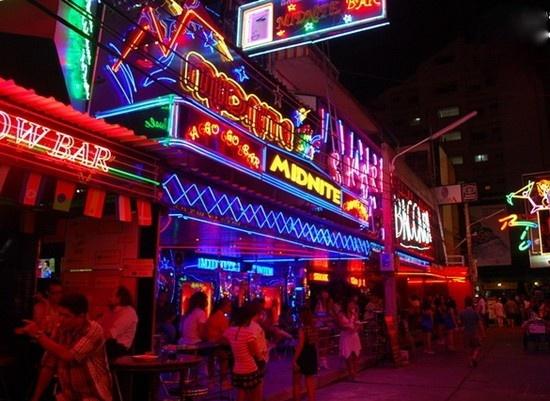 Các cô gái hấp dẫn mời gọi làm Patpong luôn là điểm đến được lựa chọn đêm đầu tiên của du khách ở Bangkohk. Tuy nhiên nơi đây  phức tạp nên bạn hãy tự bảo vệ mình. Ảnh dulichthailan