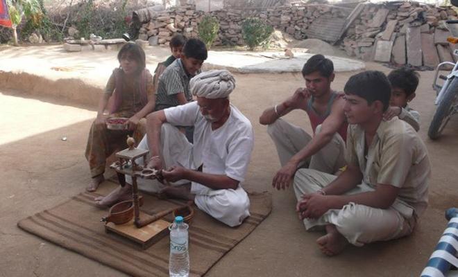 Hiện nay, nghi lễ dùng thuốc phiện đã chính thức bị cấm tại Ấn Độ. Tuy nhiên, dân làng cực lực phản đối việc cấm phong tục truyền thống này.