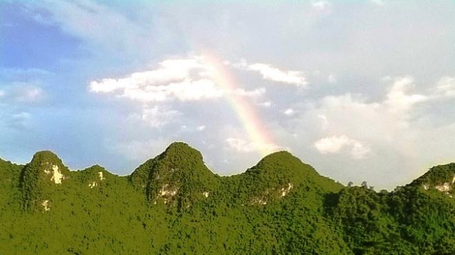 Ngo ngang truoc 'song nui' Cho Chu hinh anh 2 Cầu vồng vụt lên từ đá núi sau cơn mưa