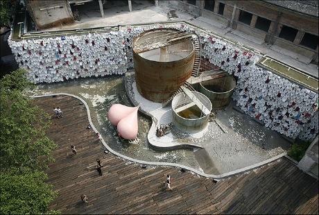 Thác nước này là một trong nhiều tác phẩm điêu khắc ấn tượng ở Công viên Thạch Loan.
