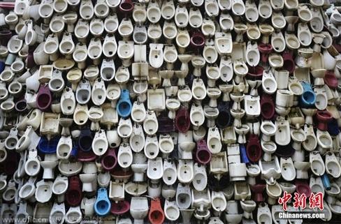 Thác nước được tạo ra từ hàng nghìn chiếc bồn vệ sinh