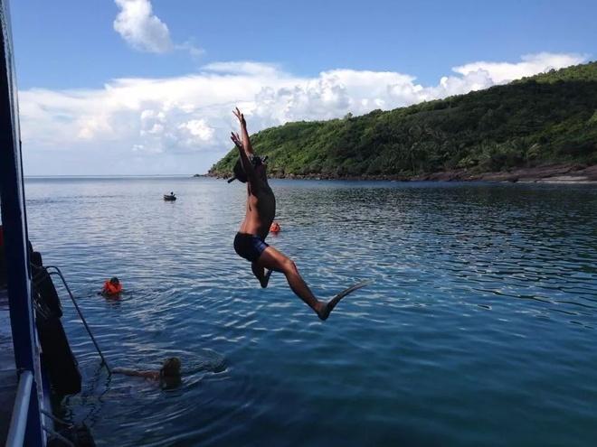 Ky niem hao hung khi o thien duong Phu Quoc hinh anh 3 Hào hứng khám phá cảnh đẹp dưới đáy đại dương bằng kính, ống thở, chân nhái. Nếu bạn không biết bơi thì đã có áo phao...