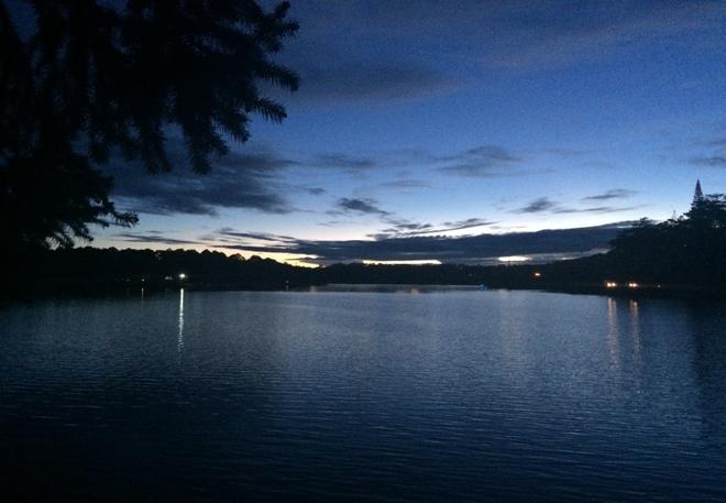 Say Da Lat nhu yeu thuo ban dau hinh anh 1 Lúc này thành phố đã tắt đèn, mặt trời phía bên kia bờ hồ đã nhen nhóm màu vàng, chúng tôi cùng nhau ngắm bình minh lên.