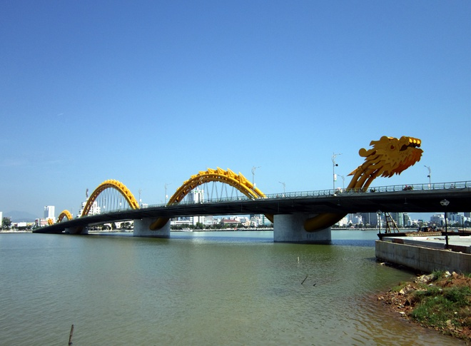 Top 10 cay cau noi tieng nhat Viet Nam hinh anh 5 Được đánh giá là cây cầu có kiến trúc độc đáo với hình dáng con rồng vươn mình bay ra biển