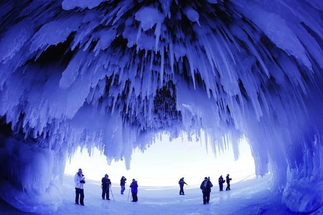 Nhung dia danh dep toi muc kho tin hinh anh 3 Đảo Apostle: Khi chiếc hồ tại Wisconsin, Mỹ này đóng băng vào mùa đông, người xem có thể đi sâu vào trong để khám phá mặt hồ cùng các thác nước đã đông cứng.
