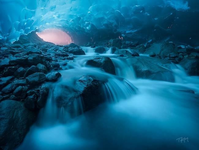 Nhung dia danh dep toi muc kho tin hinh anh 4 Hang Mendenhall Glacier: Nằm ở Alaska, Mỹ, dưới sự phản xạ ánh sáng, hang băng này luôn phản chiếu một màu xanh đặc biệt. Vào những ngày nắng, hang băng phát sáng rực rỡ cùng vẻ đẹp rất kỳ ảo.