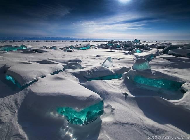 Nhung dia danh dep toi muc kho tin hinh anh 7 Hồ Baikal: Chiếc hồ ở nước Nga này nổi tiếng với các tảng băng xanh, thứ không xuất hiện ở bất cứ nơi nào khác trên thế giới.
