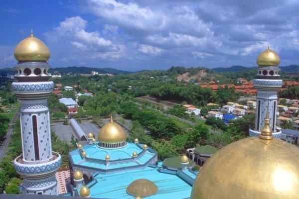 Tan thay Thanh duong Hoi giao toan vang o Brunei hinh anh 2 29 đỉnh chóp của thánh đường đều được dát vàng 24k. Ảnh thesaigontimes