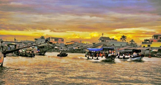 Đến Cái Răng du khách luôn chọn đi vào buổi sớm để chứng kiến cảnh mua bán tập nập của các thuyền, ghe trên sông. Ảnh Panoramio