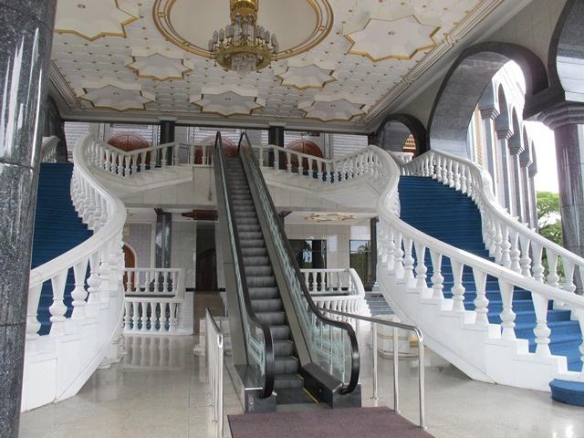 Tan thay Thanh duong Hoi giao toan vang o Brunei hinh anh 5 Cầu thang máy dành riêng cho Quốc vương và hoàng gia vào Thánh đường. Quốc vương Hassanil Bolikah  thường đến thứ sáu hàng tuần để cầu nguyện ở Thánh đường này