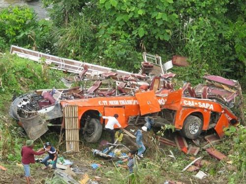 Nhung tham hoa du lich tai Viet Nam nam 2014 hinh anh 1 Xe khách lao xuống vực khi chở đoàn 50 người đến Sa Pa