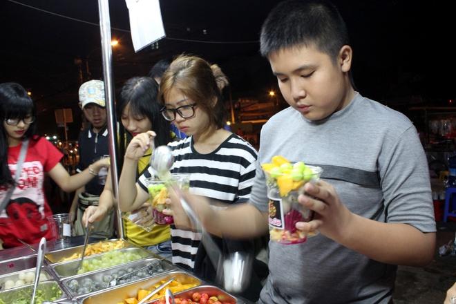 Xep hang cho an buffet trai cay o via he Sai Gon hinh anh