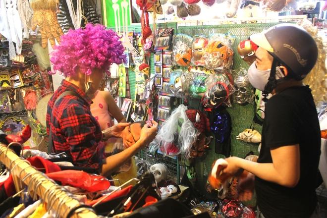Hang quan het cho, do choi Halloween dat hang o Sai Gon hinh anh 2