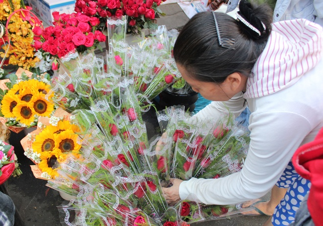 Hoa hong Valentine day cho Sai Gon, vang khach mua hinh anh