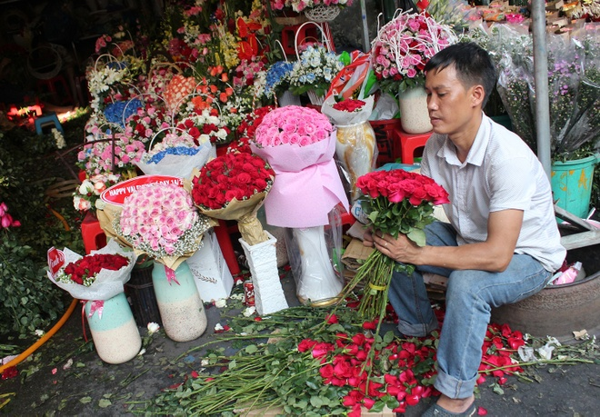 Hoa hong Valentine day cho Sai Gon, vang khach mua hinh anh 2