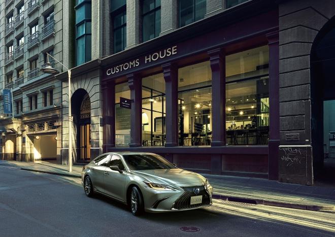 Ra mat Lexus ES 2020 - guong chieu hau dien tu,  bo sung cong nghe anh 1