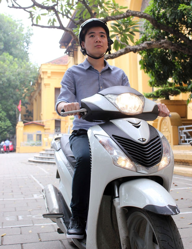 Con trai bau Hien: 'Thieu gia nghin ty' di xe may hinh anh