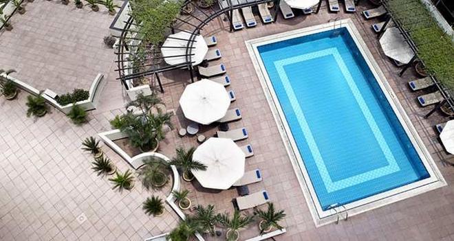 Nhung be boi co muc gia dat nhat Ha Noi hinh anh 6 Bể bơi khách sạn Hilton Ha Noi Opera   Địa điểm: Hoàn Kiếm, Hà Nội  Vé ngày: 360.000 đồng  Vé tháng: 4 triệu đồng