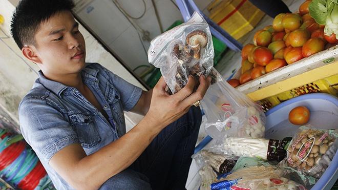 Ra cho gap nam Trung Quoc hinh anh 1 Nấm tươi đóng gói với hàng chục chủng loại có xuất xứ từ Trung Quốc tràn ngập ở các chợ.