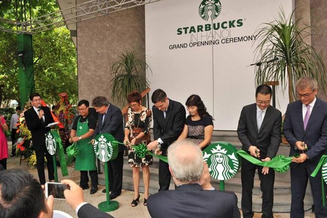 Nhung dieu it biet sau cuoc do bo cua Starbucks tai Ha Noi hinh anh 7 Scandal đầu tiên của Starbucks ở Việt Nam là việc viết sai chính tả trong backdrop bằng tiếng Anh tại lễ khai trương. Bức ảnh về lỗi sai được chính Starbucks đăng tải