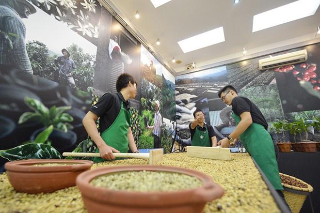 Nhung dieu it biet sau cuoc do bo cua Starbucks tai Ha Noi hinh anh 1 Starbucks mở cửa hàng đầu tiên tại Brazil - đất nước xuất khẩu cà phê Arabica số một thế giới - vào năm 2006, nhưng 7 năm sau mới mở cửa hàng tại đất nước xuất khẩu Robusta dẫn đầu thế giới là Việt Nam. Ảnh: Lê Hiếu.