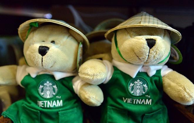 Nhung dieu it biet sau cuoc do bo cua Starbucks tai Ha Noi hinh anh 6 Starbucks có vật phẩm đại diện khác nhau ở nhiều quốc gia, riêng Việt Nam là gấu Teddy đội nón lá.