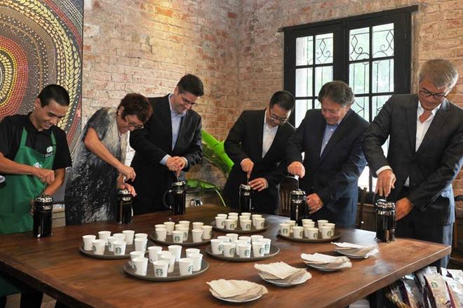 Nhung dieu it biet sau cuoc do bo cua Starbucks tai Ha Noi hinh anh 8 Dù có nhiều khác biệt trong chiến lược tại Việt Nam nhưng Starbucks vẫn giữ nguyên nhiều điều đã làm nên thương hiệu của họ. Ví như nghi thức phục vụ những giọt cà phê đầu tiên - First Pour - thay cho việc cắt băng khai trương.