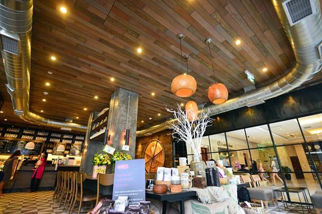 Nhung dieu it biet sau cuoc do bo cua Starbucks tai Ha Noi hinh anh 9 Tuy cố gắng tạo ra không gian ngồi càng nhiều càng tốt cho khách hàng nhưng các quán cà phê của hãng vẫn giữ nguyên kiểu màu sắc và chất liệu nội thất truyền thống là màu cà phê và đồ gỗ, ngay cả tại một đất nước nắng nóng với khí hậu nhiệt đới như Việt Nam.