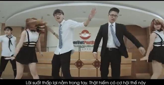 Nhan vien ngan hang lam video doc rap moi vay von hinh anh