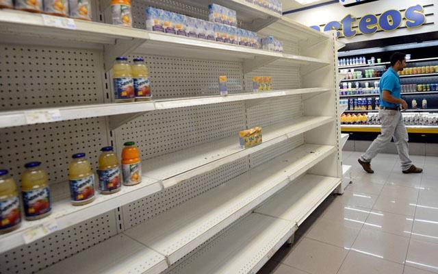 Mat gia 700%, tien Venezuela duoc dung lam giay an hinh anh 2 Những quầy kệ trống trơn trong siêu thị cho thấy một tình cảnh khó khăn của người dân đất nước Nam Mỹ  này. Ảnh: AFP.