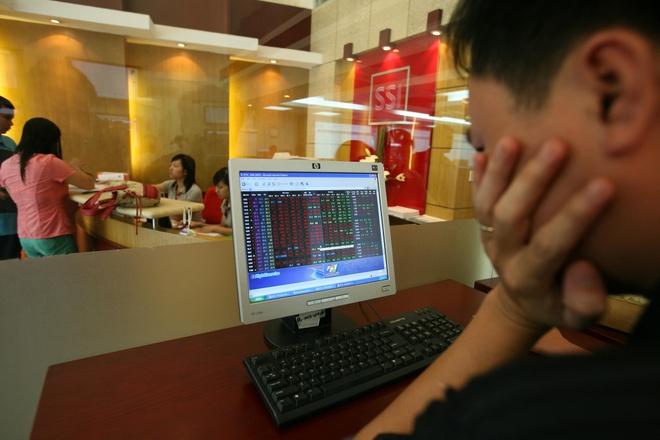 Những thông tin về biến động tỷ giá và lãnh đạo ngân hàng khiến nhà đầu tư ồ ạt bán tháo chứng khoán. Ảnh: Anh Tuấn.