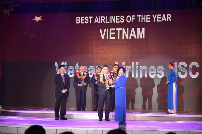 Vietnam Airlines nhan giai hang khong Viet xuat sac nhat hinh anh