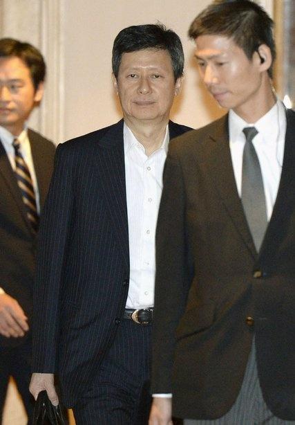 Vi dau Lotte 'huynh de tuong tan'? hinh anh 2 Không nhận được nhiều sự ủng hộ, nhưng Shin Dong-joo sẽ không từ bỏ cuộc chiến tranh giành vương quyền với em trai mình. Ảnh: NYT.