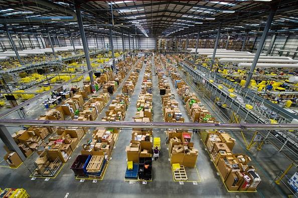 Kho hang khong lo cua Amazon truoc Black Friday hinh anh 1 Kho hàng của Amazon Hemel Hempstead, Anh một ngày trước lễ hội mua sắm sôi động nhất năm. Khác với Mỹ, Black Friday giờ đây đã vượt qua Cyber Monday, trở thành ngày bán hàng bận rộn nhất của hãng bán lẻ Amazon với 5,5 triệu mặt hàng được tẩu tán vào năm 2014.