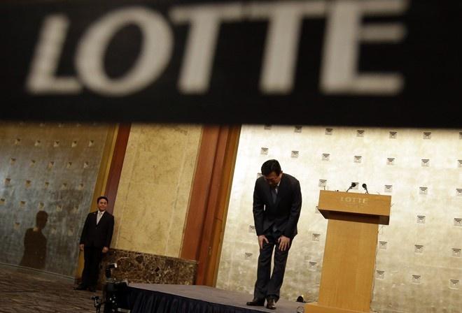 Chaebol da lam thay doi Han Quoc ra sao? hinh anh 2 Shin Dong-bin cúi đầu xin lỗi trong cuộc họp báo, nhưng khẳng định quyết tâm sẽ ngồi lên chiếc ghế cao nhất của Lotte. Ảnh: AP.
