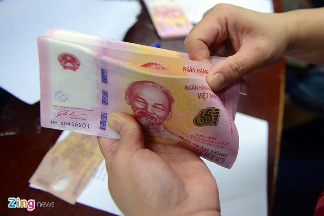 Nguoi dan Ha Noi ngay dau mua tien luu niem 100 dong hinh anh 1